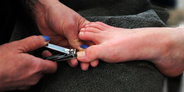 Jangan lupa membersihkan dan memotong kuku-mu secara rutin.