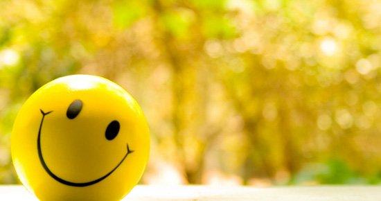 tersenyum