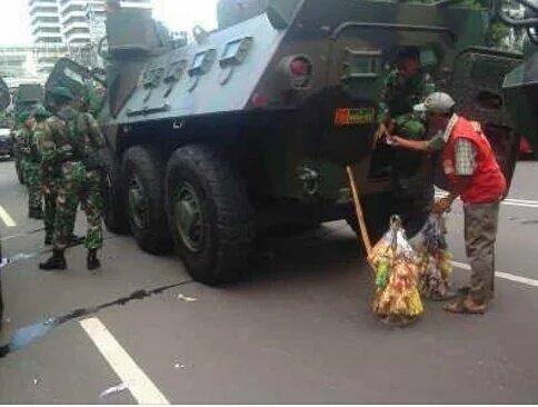 Pak tentara laper juga...