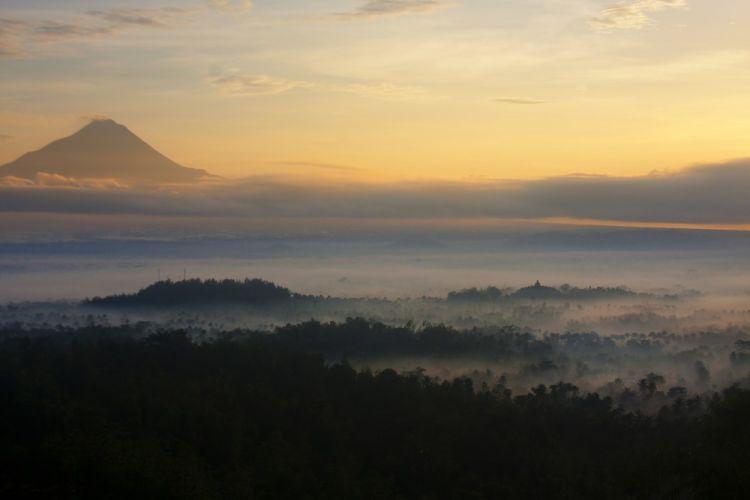 Kabut menyelimuti Candi Borobudur.