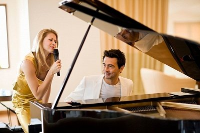 Mendengarkanmu bermain piano itu romantis