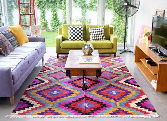 Karpet khas Turki ini ngasih kesan playful pada ruang tamu mungilmu..