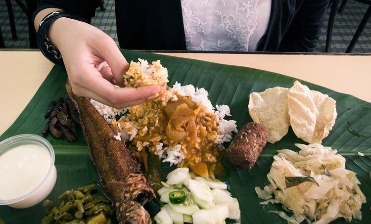 Makan dengan tangan bukan hal yang menjijikan lagi.