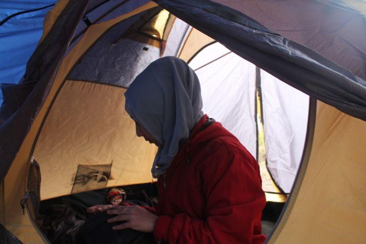 Adek mau Abang ajak tidur di tenda terus?