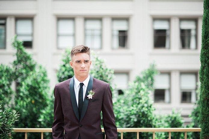 kemeja marun dan dasi hitam aja kalau nggak mau ribet