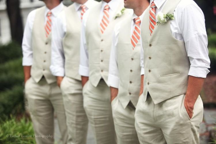 perbaduan warna cream dan dasi bergaris oke banget
