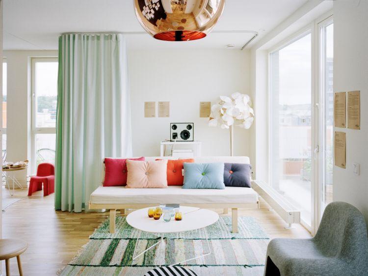 Ruang tamu penuh warna ini bikin acara menyambut tamu jadi lebih semarak...