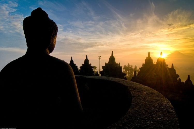 Menatap sunrise dari balik Candi Borobudur.