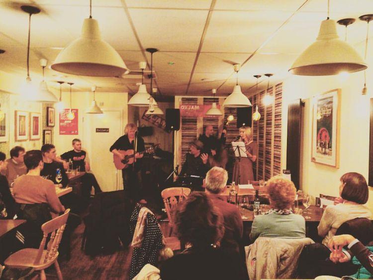 Cafe dengan live musik bisa jadi pilihan