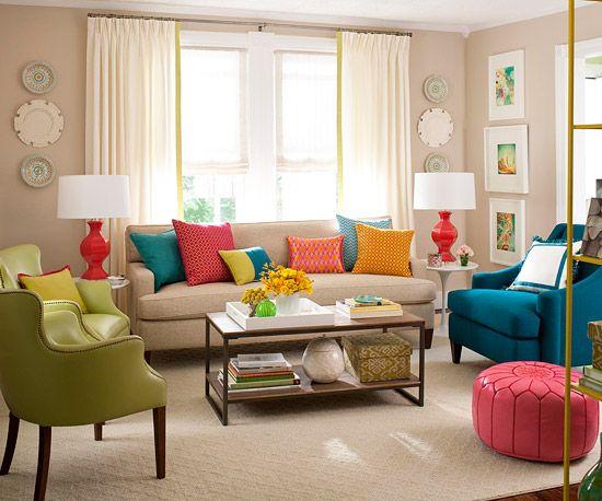 Aksesoris ruang seperti bantal warna-warni dan hiasan dinding bikin ruang tamumu semarak.