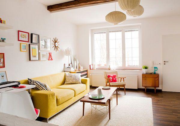 Ruang tamu dengan lantai kayu parket...