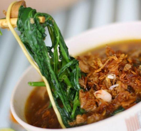 Saat kamu lagi menjamah kangkung dengan sumpit ini, eh taunya ada ulet sayur yang lagi uget-ugetan. Yaudah, protein ga papah.