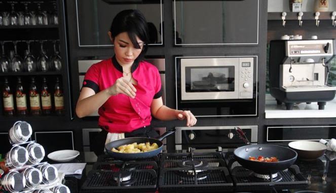 Kalau teman cewekmu kaya Chef Marinka, pasti kamu bahagia ga terkira kan?