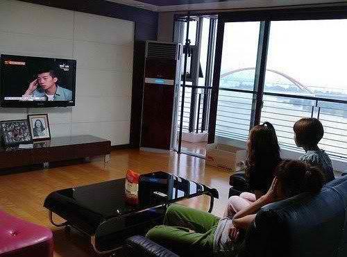 Nonton tv juga acara keluarga kali.