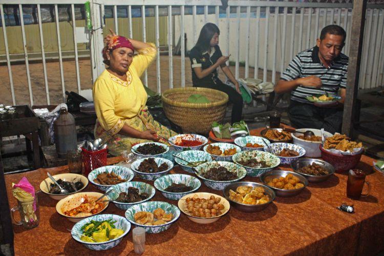 Nasi Jamblang ini selalu ramai pengunjung.