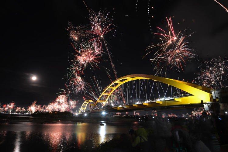 Ratusan kembang api ditembakkan ke udara di dekat Jembatan Kuning yang menjadi ikon Kota Palu pada malam pergantian tahun di Palu, Sulawesi Tengah, Jumat (1/1) dinihari. Perayaan pergantian tahun di Palu secara khusus dan Sulawesi Tengah secara umum berlangsung aman dan lancar meskipun aparat menetapkannya dalam kondisi siaga satu. ANTARA FOTO/Basri Marzuki/foc/16.