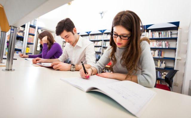 Mahasiswa sedang mengerjakan tugas