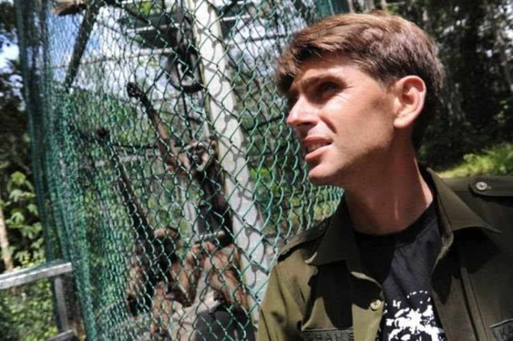 tinggal di hutan untuk menyelamatkan primata