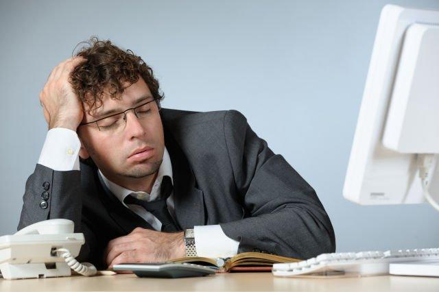 Tidur sebentar di shift malam (kecuali ada pertandingan Sepakbola yang wajib ditonton)