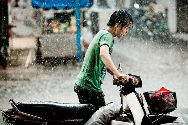 naik motor hujan-hujanan