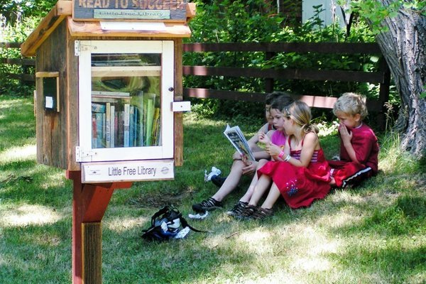 Mau ruang baca ala secret garden? Bisa design rak bentuk kotak pos ini emang yang paling pas.
