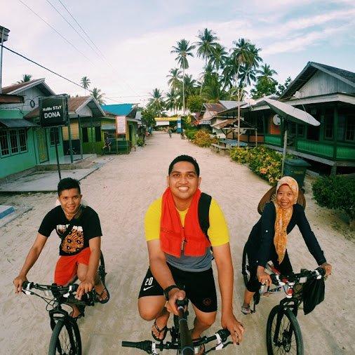 Bersepeda menyusuri Derawan.