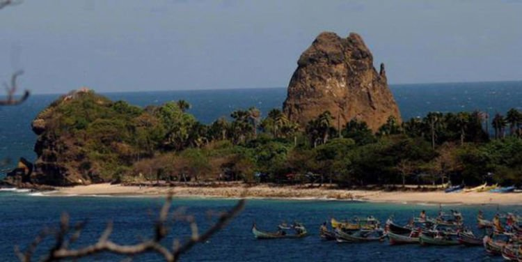 Pantai Watu Ulo yang punya cerita melegenda