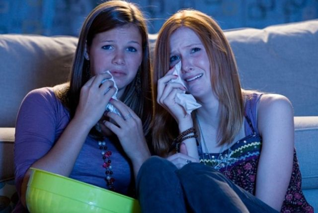wanita menangis menonton film