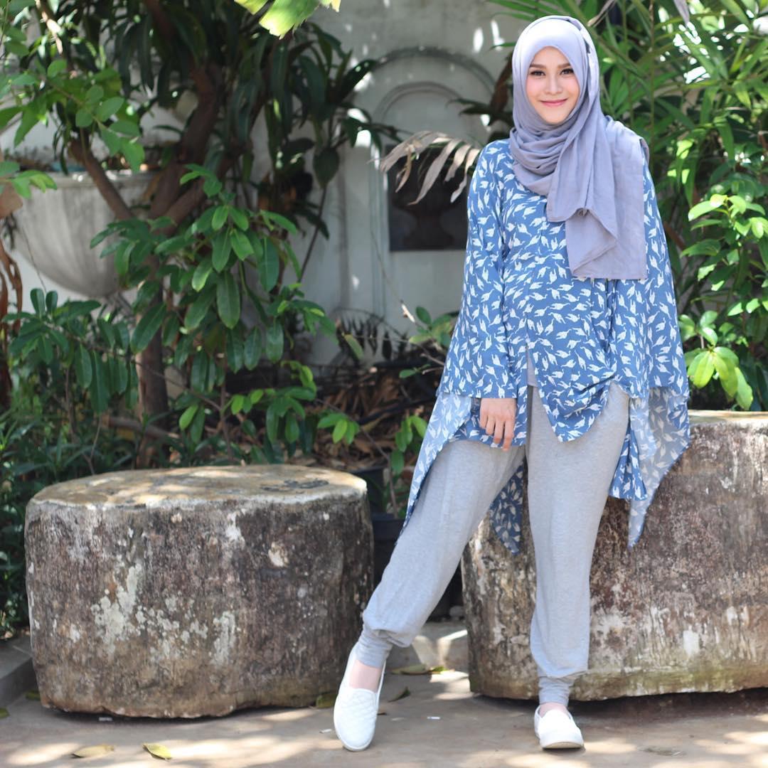 Baju Batik Kerja Sederhana: Jadi Ibu 3 Anak Malah Membuat Penampilan Zaskia Adya Mecca