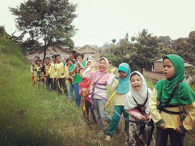 Salah satu kegiatan konservasi sekolah alam yang bekerjasama dengan komunitas lokal yang bernama Suku Badot
