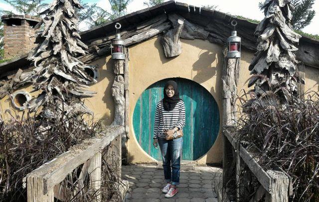 Berfoto didepan rumah Hobbit