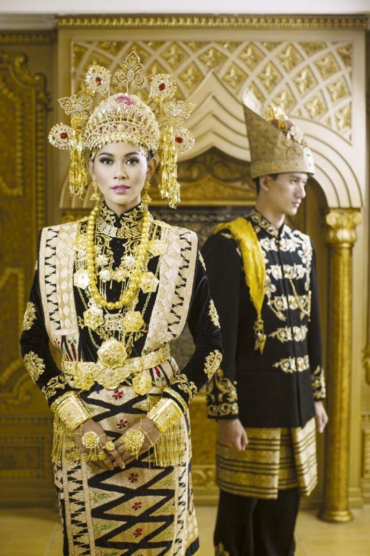 khas Aceh, dengan warna hitam keemasan