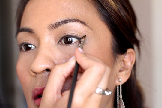buat eyeliner yang meruncing
