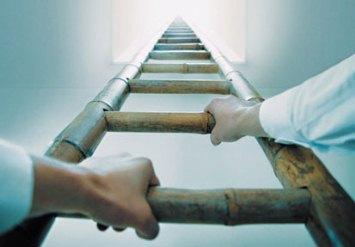 saling menggenggam menuju jalan Tuhan