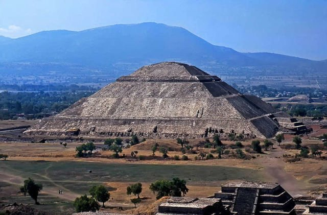 http://www.rurbanlife.net/wp-content/uploads/2014/09/pyramids_of_ancient_world04.jpg