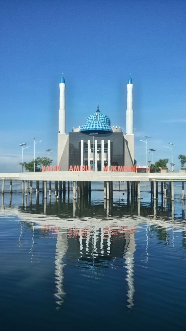 Masjid Amirul Mukminin atau Masjid Terapung