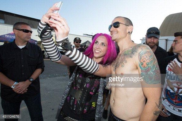 Chester Bennington (Linkin Park) bersama fans