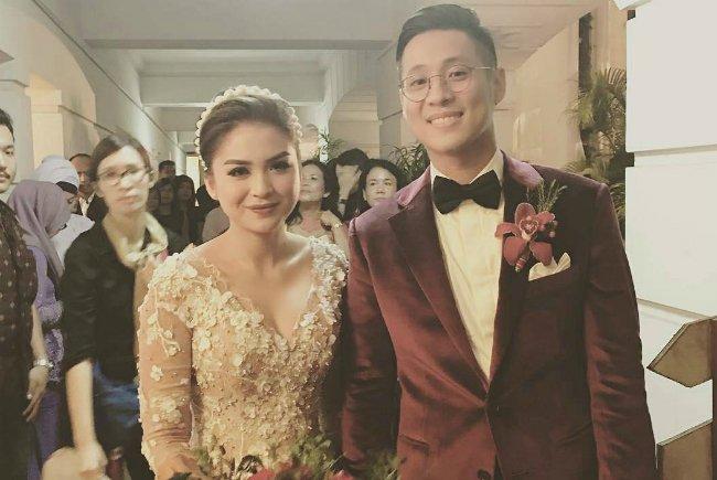 Cantiknya Tian dan Tampannya Jun di resepsi pernikahan mereka.