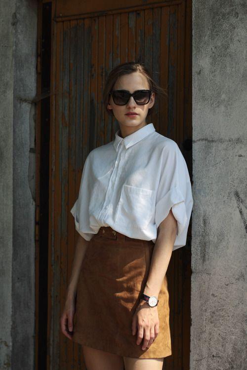 kemeja putih dan rok suede