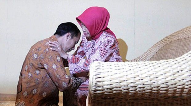 Calon-Gumbernur-DKI-Joko-Widodo-sungkem-kepada-ibunya-di-rumah-kediamannya-di-Kampung-Sumber-Solo-Rabu-19-sep-2012