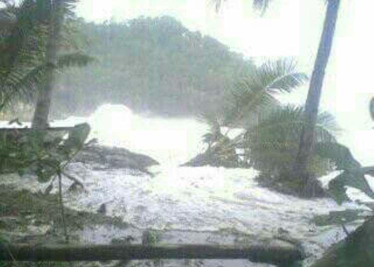 Pemandangan Pantai Soge Pacitan saat diterjang gelombang tinggi