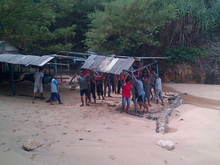 Warga gotong royong merapikan kios di Pantai Kukup Jogja