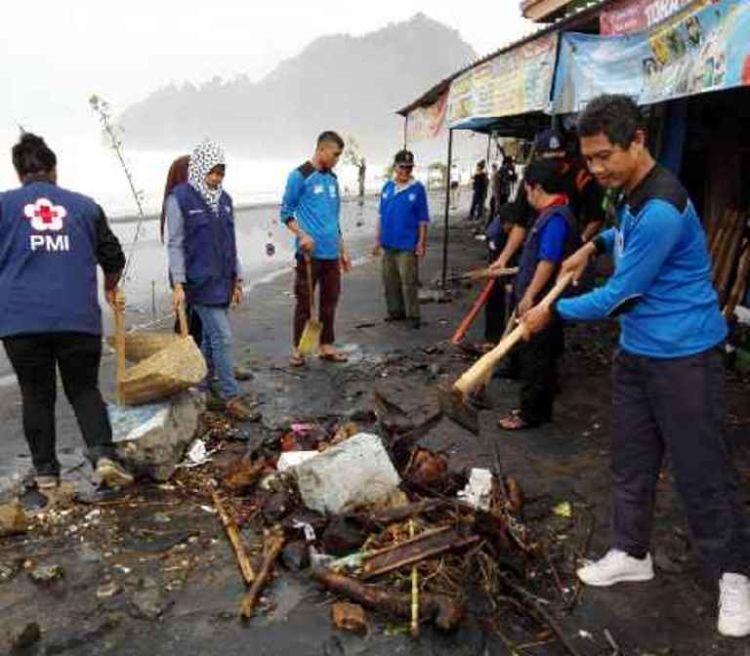 Gotong royong membersihkan sisa banjir rob di Pantai Suwuk Kebumen