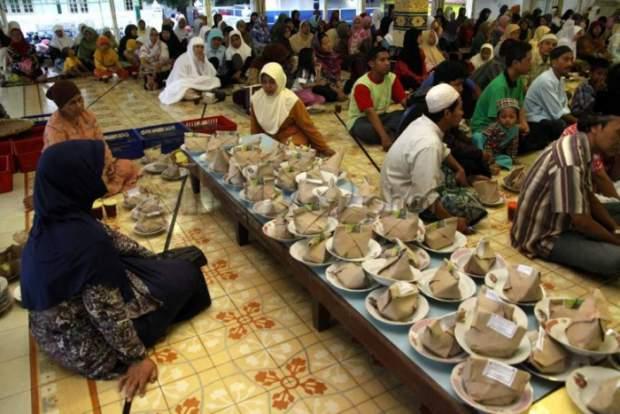 Kamu yang kuliah di Jogja, wajib banget nyobain bukber di Masjid Kauman.