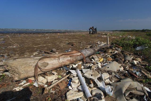 Sampah-sampah di sekitar pantai Karangsong