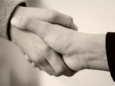 Jabat tangan dengan erat ya.