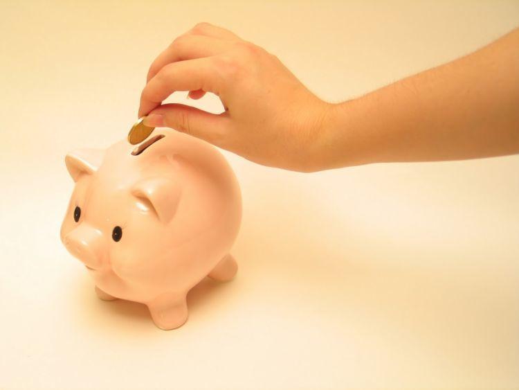 ajarkan adik atau keponakan untuk menabung