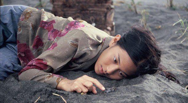 Dian Sastro aja tiduran di pasir, kamu?