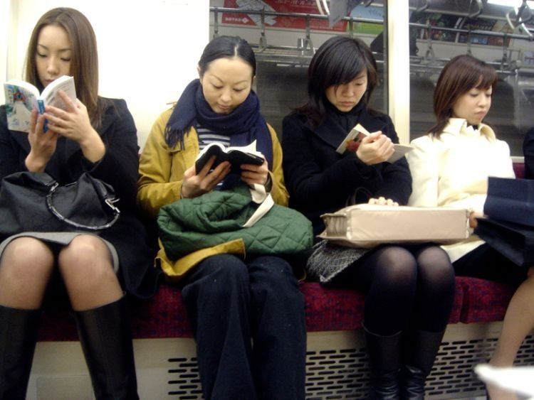 orang Jepang membaca buku dimanapun