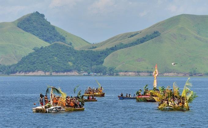 bayangin deh, perpaduan alam nan mempesona berpadu dengan beragamnya budaya Papua